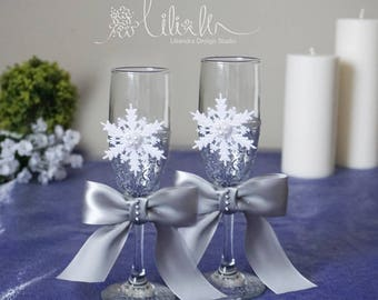 Winter Wedding Personalized Champagne Flutes, Snowflake Wedding toasting glasses,Toasting flutes for bride  groom, White Wedding glass