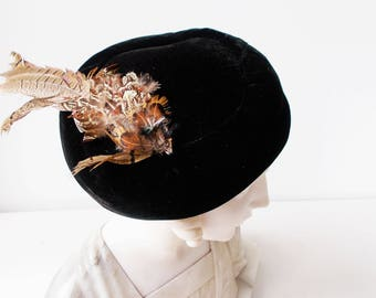 French 1930s Tilt Hat Felt Black Velvet with Feathers PARIS Vintage Beret