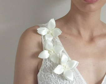 Wedding Dress flowers applique, sew on flower applique, flower embellishments, white flower with pearl, Set of 3 ready to sew white flowers