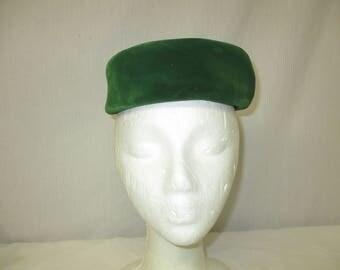 "Vintage 1950's Bloomingdale's New York Green Velvet Pillbox Hat 22"""
