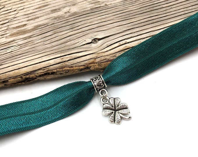 FOUR LEAF: green four leaf clover elastic choker