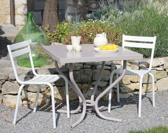 Table and iron Bistro chairs Tolix mind - vintage
