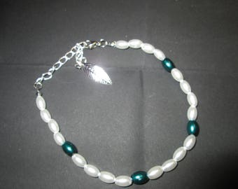 Satin white and green glass beaded bracelet