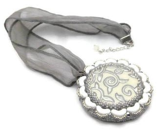 Collier pendentif brodé tissage cabochon fait main et ruban