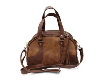Luxurious 'Bowler' bag in Italian leather. Two external and two internal pockets. Detachable shoulder strap.