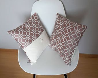 Cushion with geometric pink powder and light beige with satin appearance