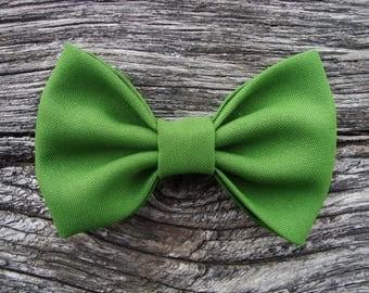 Intense green brooch bowtie