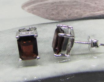 Earring studs in 925/1000 sterling silver and Garnet square