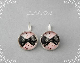 EARRINGS CABOCHON GLASS BOWS ON PINK BACKGROUND
