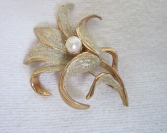 Retro Designer Kramer Enameled Gold Tone Flower Brooch with Pearl