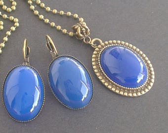 Agate gemstones: pendant and matching earrings