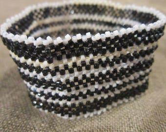 bracelet de perles tissé noir et blanc
