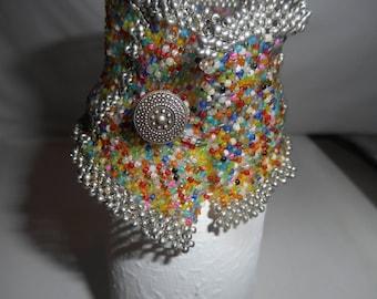 Bracelet tissé en pièce unique, fait de différentes perles.