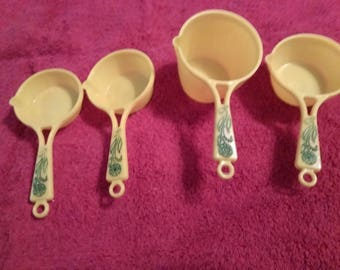 vintage plastic measuring cups
