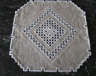 Square doily embroidered in Hardanger beige rustic