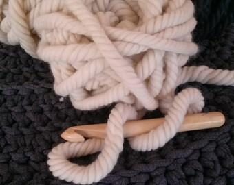 kit 5 pelotes grosse laine mèche super bulky xxl écru. 250 g. + crochet xxl n° 25 en buis.