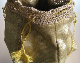 Small purse of tricks in gold fabric