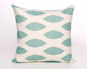 "Blue and off-white pillow pattern ""ikat"""
