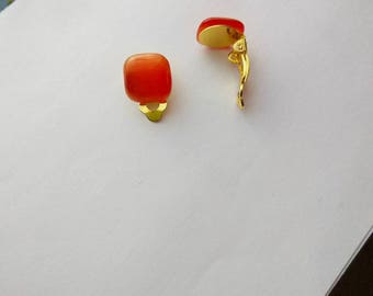 Red color with cat Œil clip earrings