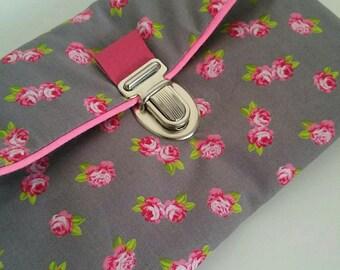 Pochette grise à petites fleurs roses avec attache cartable métal argenté - Idée cadeau Fête des Mères