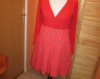 Dress with V-neck and side pockets