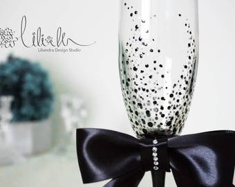 Personalized Champagne Flutes,Royal Wedding toasting glasses, Toasting flutes for bride  groom, Black and White Wedding glass, Handmade