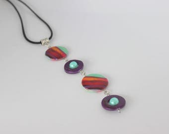 Vertical and original necklace mother of pearl purple, green, red and orange.