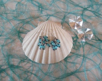 Pendant earrings with shining blue beads