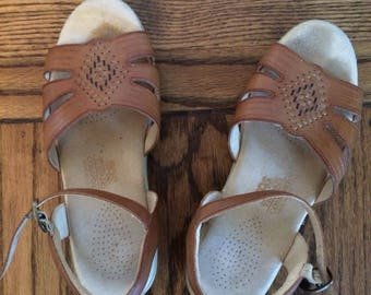 Women's vintage 1980's leather boho hippie sandals. Size 6.5