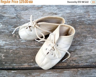 ON SALE Vintage French 1950/1960s white  baby shoes