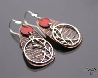 Petites pousses - boucles d'oreille cuivre martelé et médaillon poétique argent - sequins émaillés rouge - bo Gaelys