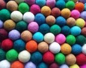 Perles feutrées mélangées - 50 petites balles pure laine de 20mm - Teintes multicolores