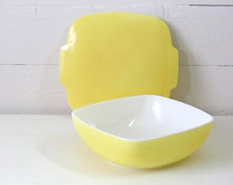 Large Yellow Pyrex bowl with lid in great condition