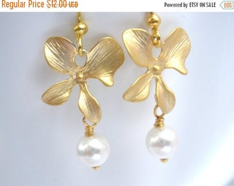 SALE Gold Flower Earrings, Gold Orchid Earrings, White Pearl Earrings, Matte Gold Orchid, Wedding Jewelry, Bridesmaid Earrings, Bridesmaid G