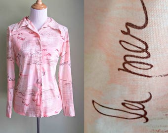 1970s Somewhere Beyond La Mer Blouse - Pink Sailboat Blouse - French Script - Medium/Large