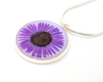 Tiny Daisy Resin Pendant Necklace - Purple Daisy in Resin - Daisy necklace - Pressed Flower jewelry - Resin Necklace - Resin jewelry