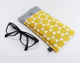 Glasses case in fabric, quilted, yellow and black, white and grey hexagons motifs