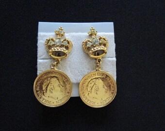 Vintage Queen Juliana Koningin der Nederlanden Crown Netherlands Dutch Faux Coin Yellow Gold Tone W/ Rhinestone Accents Dangle Drop Earrings