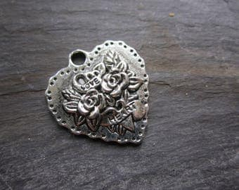 Decorated with roses, silver metal heart pendant