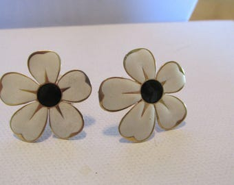 Vintage Earrings, Flower Earrings, Clip On Earrings, Daisy Earrings. White Earrings, Enamel Earrings, Collectible Jewelry