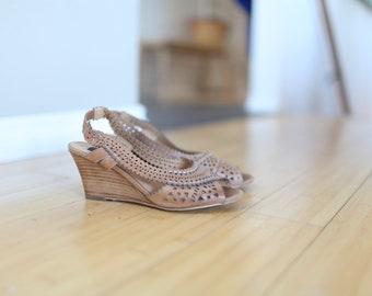 vintage tan leather scalloped peep toe pumps wood heels 6 1/2