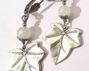 Boucles d'oreille Feuille plaqué argent et perle en pierre de lune labradorite blanche Art nouveau Victorian Gothic fantasy