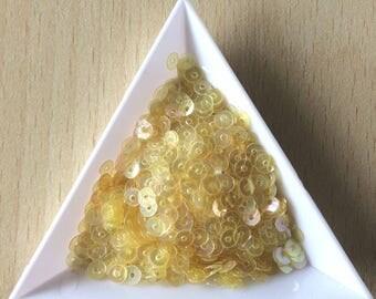 Glitter light lemon yelllow iridescent 4 mm in bulk