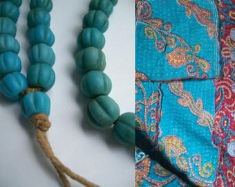 Handgemaakte mala van 54 blauwe vintage glaskralen uit Nepal