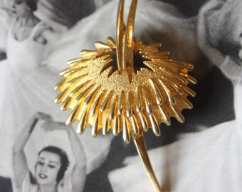 A 1950s abstract brooch.
