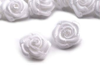 5 small roses in white satin 30 mm