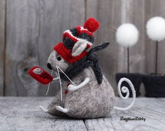 Needle felted Mouse with cell phone, Needle felted animal, Birthday Gift, Home decor, Knitted animal, Kids room decor, Wool Rat, Mouse doll