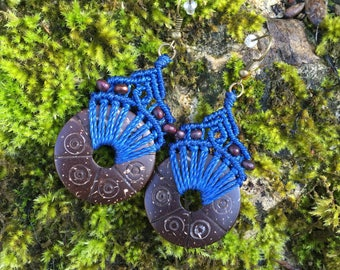 Ethnic macrame earrings with carved coconut - electric blue