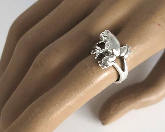 Sterling silver frog ring with elevated frog sitting on the band, nicely detailed, size O.5 / 7.5, 6 grams