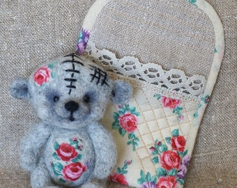 Bear Johnny felting. A good birthday present. Needle felting. Natural wool